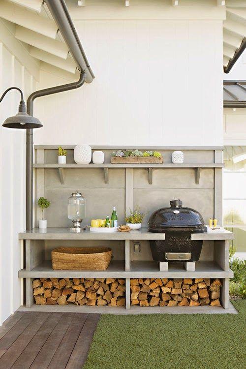 cucina da esterno con barbecue semplice e confortevole con grill, angolo cottura soem e legna da ardere immagazzinata
