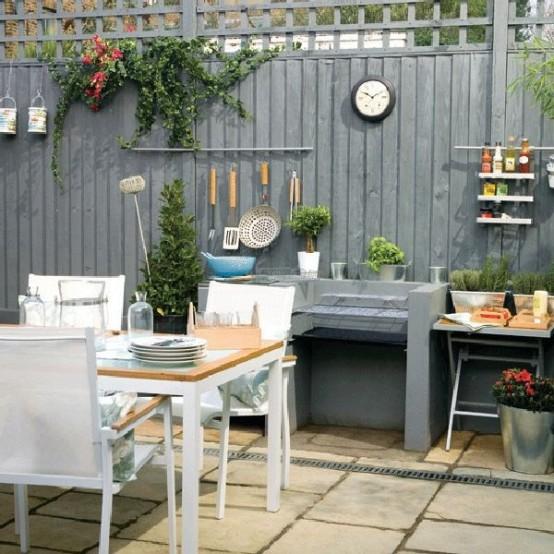 una comoda zona pranzo con un set da pranzo bianco, legno chiaro e un piano di lavoro nero per cucinare