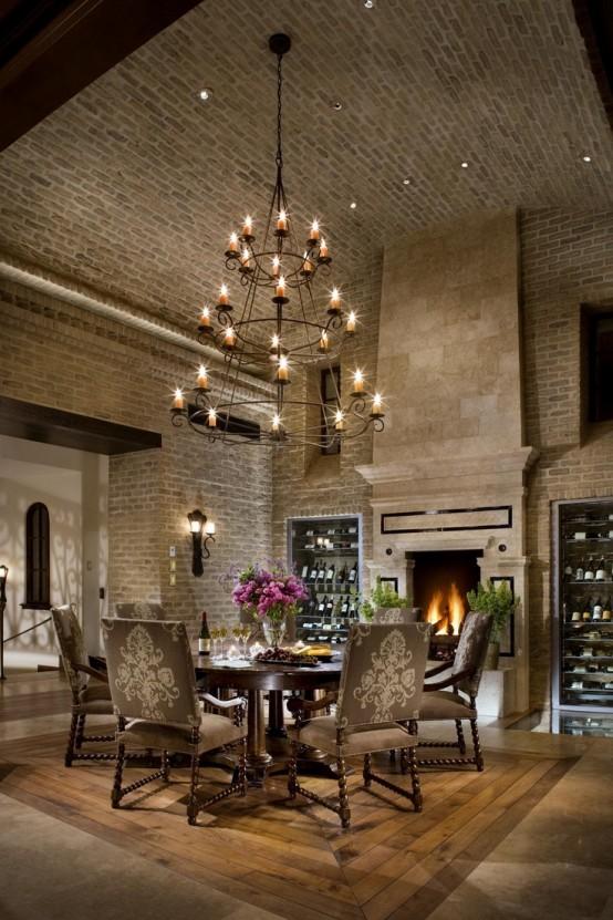 una sala da pranzo vintage formale con pareti in mattoni originali e un soffitto ad arco sembra molto elegante e raffinata