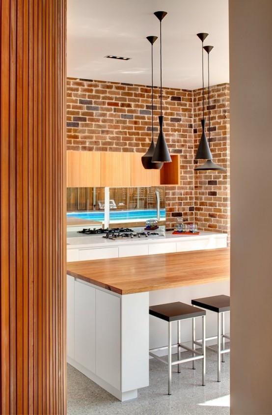 un muro di mattoni rende lo spazio moderno ed elegante più rilassato e rustico e aggiunge consistenza ad esso