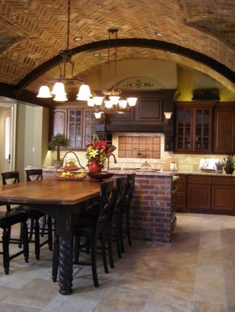 un soffitto in mattoni ad arco e un'isola della cucina abbinata rendono lo spazio più accattivante, più audace e portano consistenza all'interno