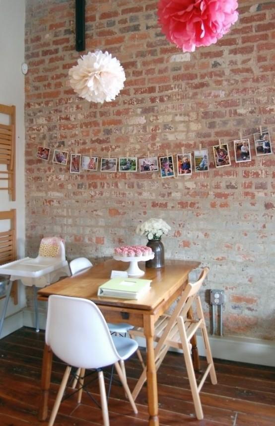 un vecchio muro di mattoni rende il tuo spazio da pranzo accattivante, interessante e audace allo stesso tempo