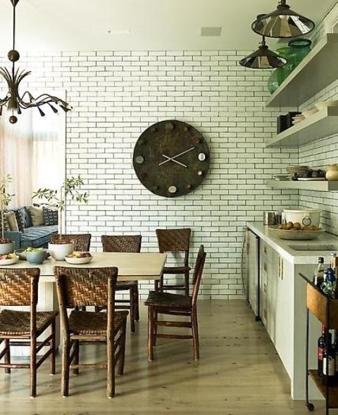 un finto muro di mattoni nella sala da pranzo aggiunge interesse e consistenza allo spazio rendendolo più accattivante