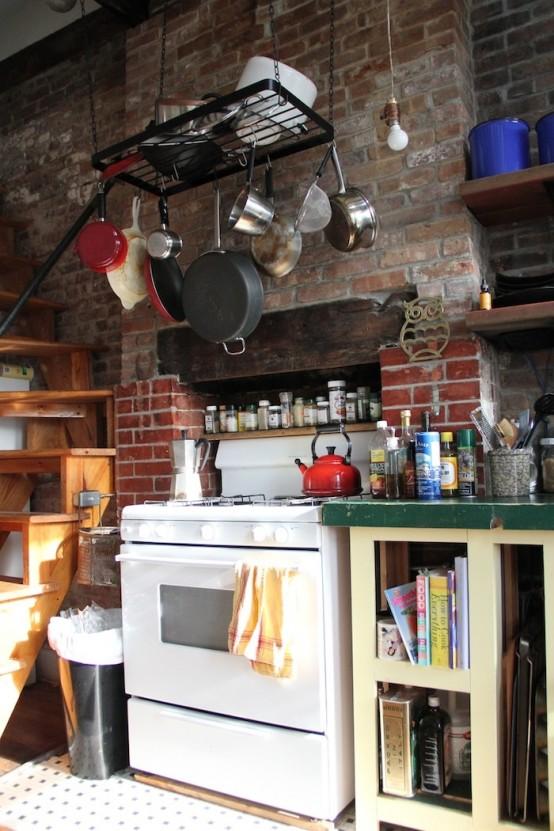 un muro di mattoni rossi imbiancato è una bella idea per una cucina eclettica come questa