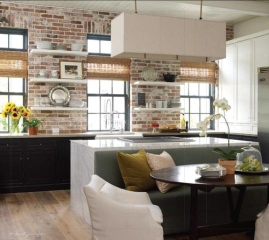 mattoni rossi imbiancati, sfumature di vimini e ripiani in pietra sono ottimi per abbellire la cucina rendendola più audace