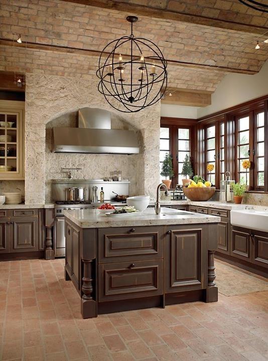 un soffitto in mattoni rossi e un backsplash per fornello in pietra costituiscono una combinazione fantastica per una cucina rustica vintage