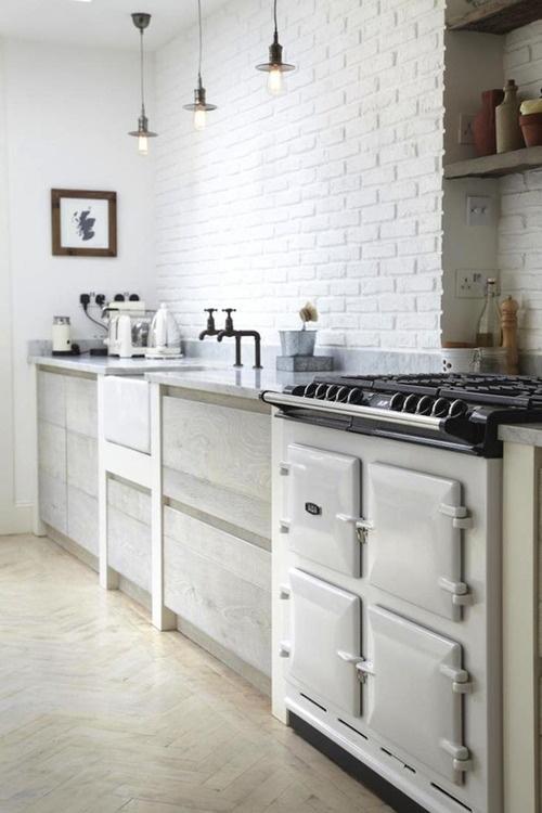 un muro di mattoni bianchi si abbina perfettamente alla cucina nordica e aggiunge consistenza e interesse ad essa