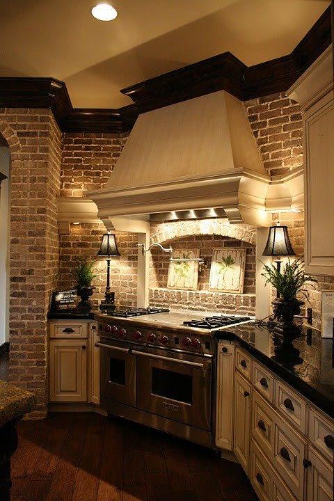 un muro di mattoni aggiunge interesse alla cucina tradizionale fatta in neutri e porta consistenza