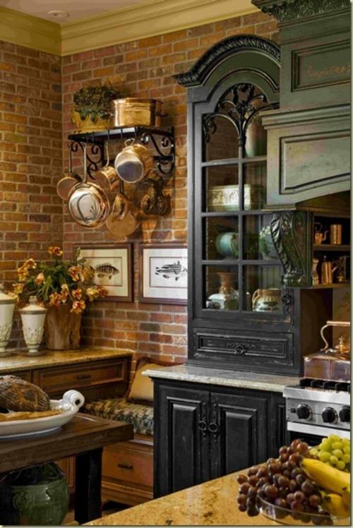 le pareti in mattoni rossi abbinate a mobili vintage conferiscono allo spazio un'elegante atmosfera vintage