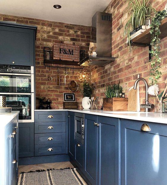armadi da cucina blu con ripiani bianchi e pareti in mattoni rossi è un'idea audace e contrastante con un tocco di eleganza