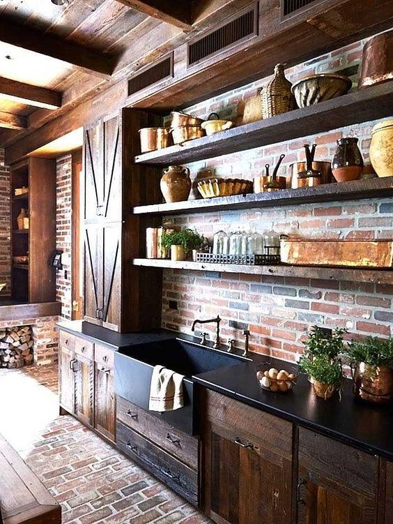 una cucina rustica con pareti e pavimenti in mattoni più ricchi armadi colorati per un aspetto più drammatico