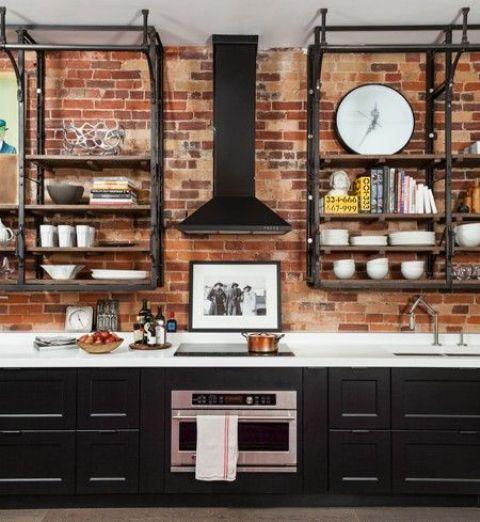 un rustico incontra la cucina vintage con un muro di mattoni rossi, armadi neri e scaffali in metallo annerito
