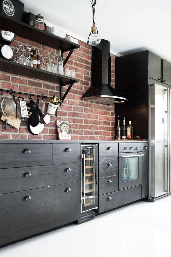 una cucina audace con armadi in legno scuro e pareti in mattoni rossi per un look accattivante con un tocco vintage