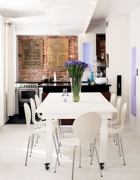 una cucina eclettica in bianco e lavanda con un backsplash in mattoni rossi come elemento strutturale luminoso