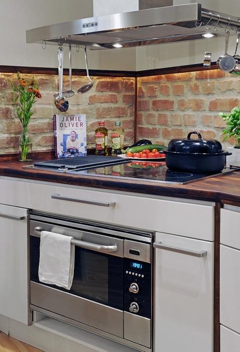 un backsplash in mattoni rossi è un'idea accattivante per qualsiasi cucina, inoltre è molto economico e aggiunge consistenza