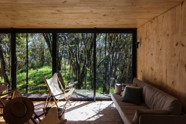 Gli spazi sono disposti intorno alle pareti vetrate per godere del panorama
