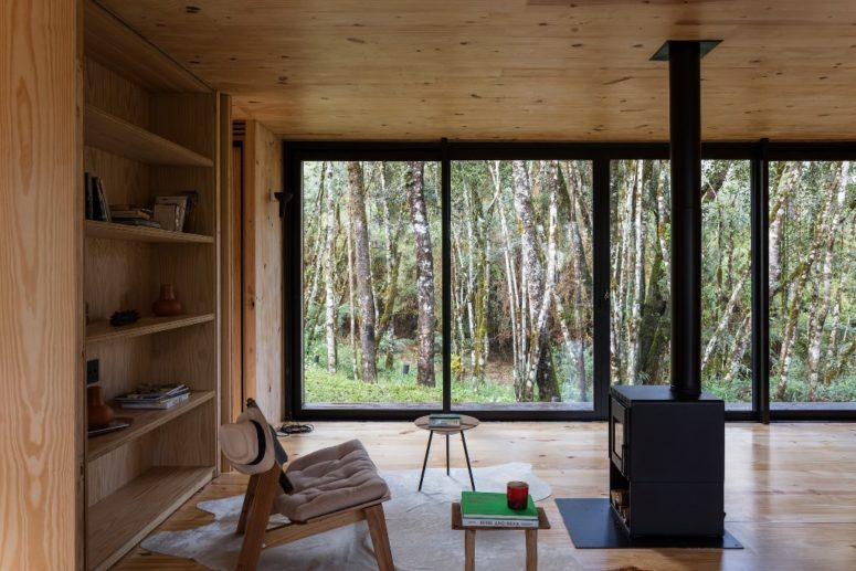 Gli interni sono realizzati con legno tinto chiaro e compensato, ci sono pareti in vetro che portano molta luce all'interno