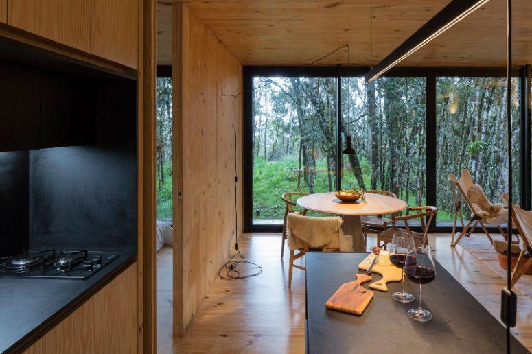 Il design degli interni è laconico e vengono aggiunti tocchi neri per più drammaticità e contrasto nell'arredamento