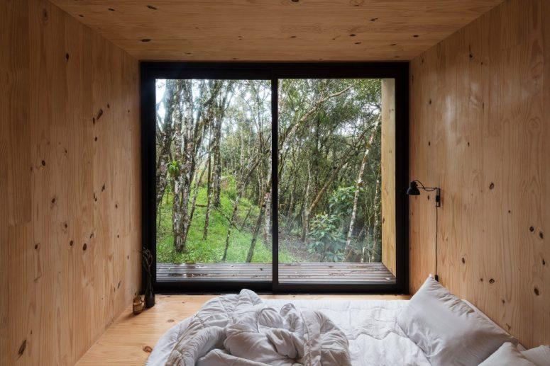 La camera da letto non ha altro che un comodo letto e una vista: non avrai bisogno di altro per unirti alla natura