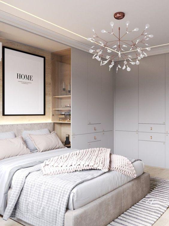 una camera da letto neutra con grigio chiaro, bianco sporco e tocchi di cipria, contenitori e mensole incorporati