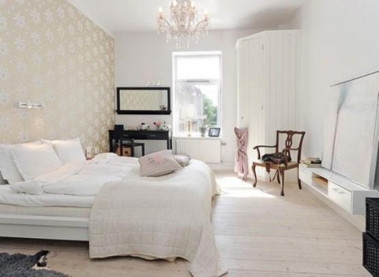 un'accogliente camera da letto nordica con carta da parati a motivi geometrici, un pavimento in legno, un letto bianco e un grande contenitore