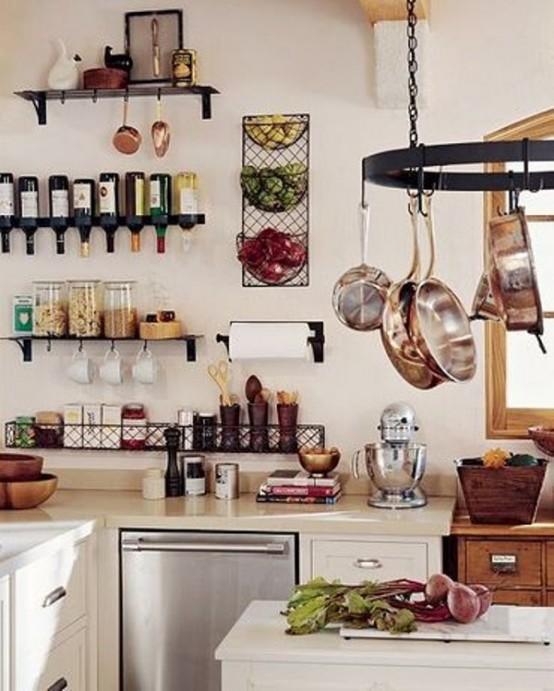 una cucina rustica elegante e accogliente con mobili bianchi, ripiani aperti, un supporto per pentole e tocchi di legno