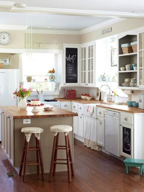 una piccola e accogliente cucina da fattoria con armadi bianchi e ripiani in legno, sgabelli e molta luce naturale