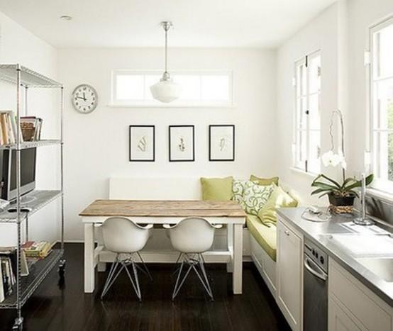 una piccola cucina contemporanea in bianco, con una panca a forma di L, un tavolo in legno, un grande contenitore aperto