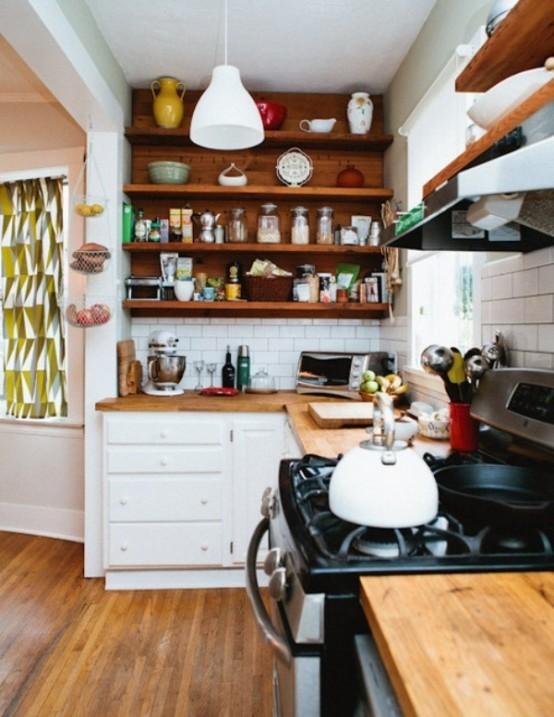 una piccola cucina moderna in legno tinto bianco e ricco, con molti scaffali aperti e piastrelle bianche