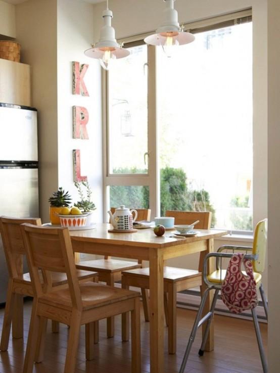 uno spazio da pranzo semplice e piccolo vicino alla finestra, con un set da pranzo in legno e alcuni segni