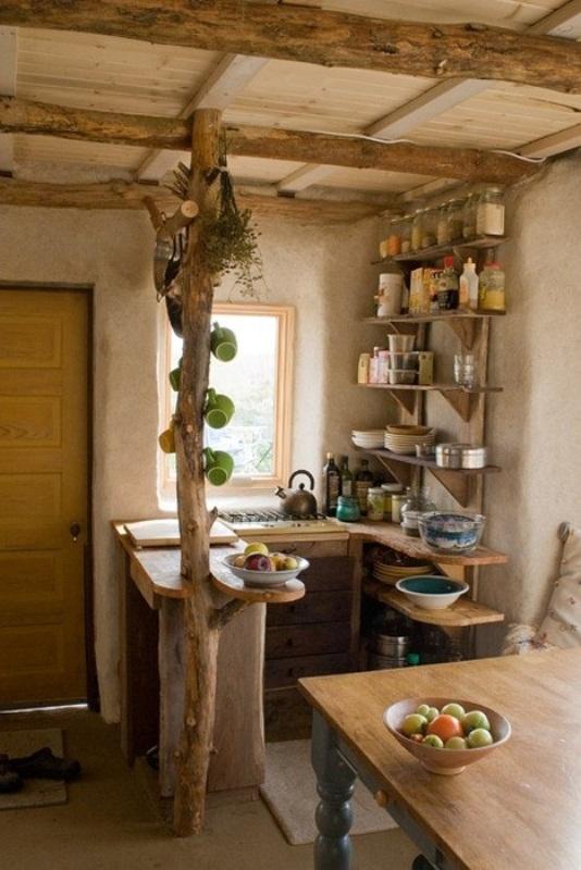 una piccola cucina rustica con scaffali aperti, un piano di lavoro, travi in legno e mobili in legno