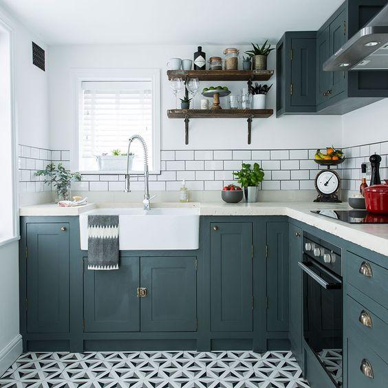 una piccola cucina rustica in grigio grafite, con ripiani bianchi, scaffali aperti e un pavimento in piastrelle a mosaico più un backsplash in piastrelle della metropolitana