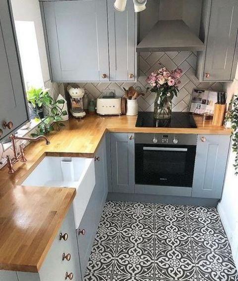 una piccola cucina rustica in grigio, con un pavimento in piastrelle a mosaico, ripiani in macelleria e un backsplash in piastrelle bianche fatto in un motivo a chevron
