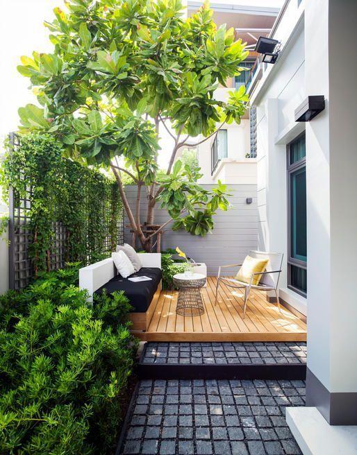 una terrazza contemporanea con una panca incorporata in bianco e nero, un ponte, una sedia comoda e un tavolino da caffè