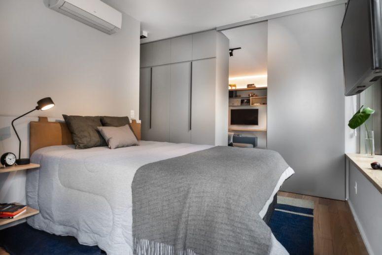 La seconda camera da letto dispone di un comodo letto imbottito in pelle, molto spazio di archiviazione e comodini galleggianti