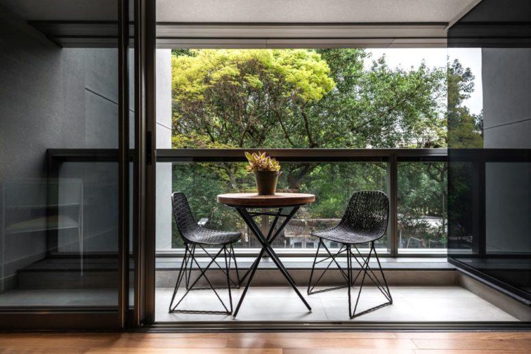I balconi inondano gli spazi di luce naturale e permettono di consumare i pasti al freco e godersi il panorama