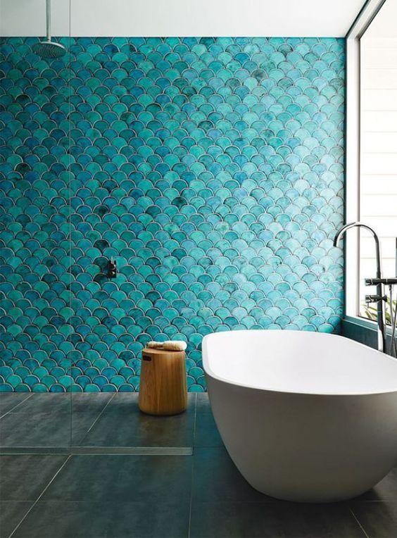 un bagno minimalista in stile marinaro, con piastrelle turchesi a squame di pesce e una vasca ovale