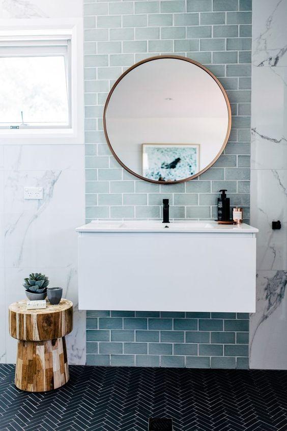 un bagno contemporaneo bagno in stile marinaro con piastrelle azzurre, un pavimento di piastrelle nere e uno sgabello in legno
