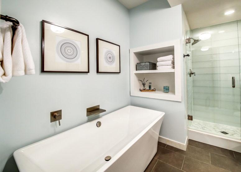 un bagno color acqua con pareti dipinte, piastrelle abbinate nella doccia e opere d'arte belle (Karen Spiritoso Home Designs By Karen)