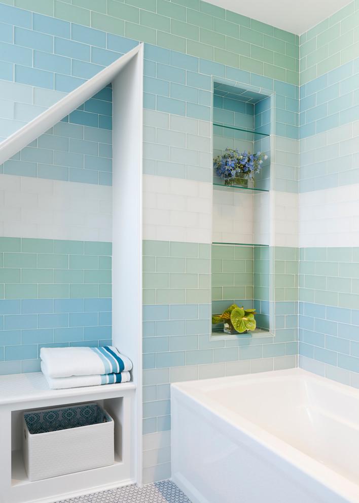 piastrelle alle pareti ispirate a tutte le sfumature del mare, un pavimento in gres porcellanato e nicchie per riporre (Reiko Feng Shui Design)