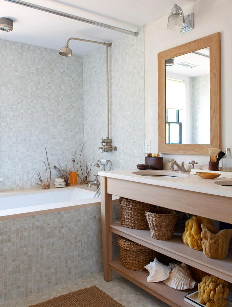 un bagno contemporaneo ispirato all'oceano con piastrelle celesti, cestini, spugne e conchiglie (Rosenberg Kolb Architects)
