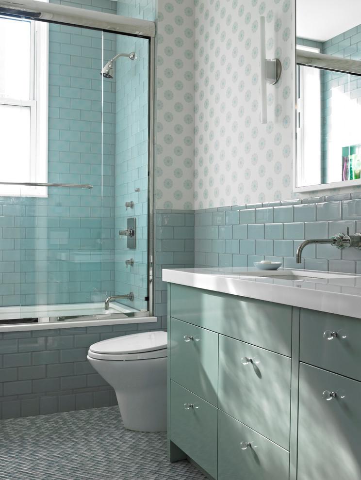 un bagno ispirato al mare con piastrelle e armadi color acqua e turchese, carta da parati stampata (Rusk Renovations)