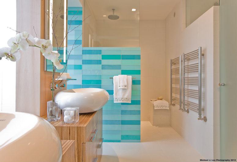 un lussuoso bagno ispirato al mare in colori neutri e pareti di piastrelle blu e turchesi più orchidee (luce positiva)