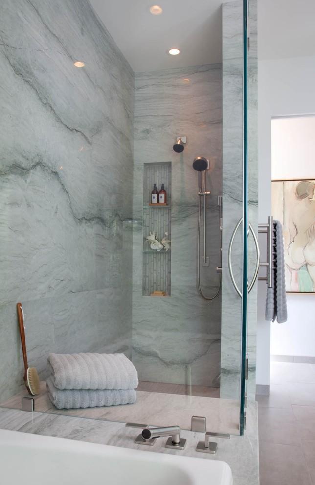 uno spazio doccia in pietra blu con una nicchia per riporre, asciugamani blu e tocchi di legno (Reveal Studio)