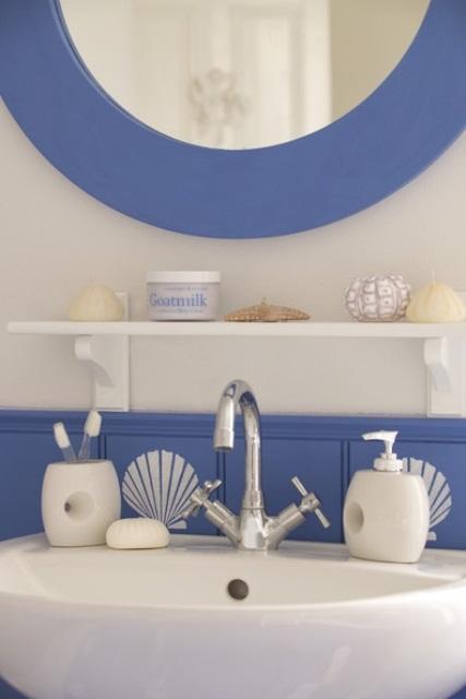 tocchi viola blu e bianco per rinfrescarli è un'ottima idea per un bagno ispirato all'oceano