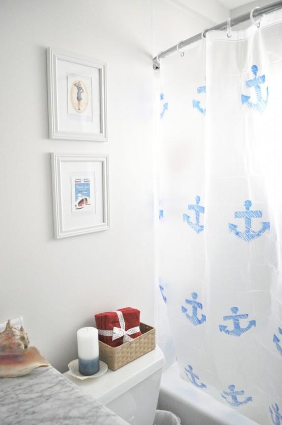 un bagno neutro ispirato al mare con opere d'arte marini, una tenda stampata achor