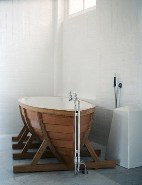 un bagno contemporaneo in colori neutri con una vasca da bagno a forma di barca aumenterà la sensazione di ispirazione oceanica nello spazio