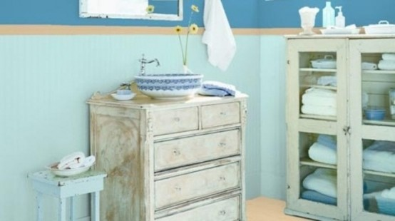 audace bagno blu e acqua con mobili shabby chic, un bellissimo lavabo in porcellana