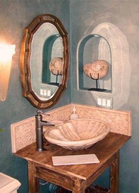 un angolo del lavandino blu con un lavabo in legno vintage, un lavandino in porcellana e uno specchio vintage