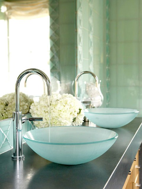 uno spazio lavello con due lavelli a vaso d'acqua di vetro e ortensie bianche soem